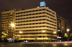 Vista nocturna de la fachada del AC Hotel Valencia.