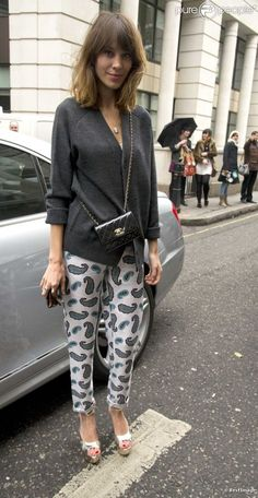 Fashion guide to the IT girl Alexa Chung style, feel free to browse our links. Boho Fashion Winter, Love Fashion, Fashion Models, Fashion Outfits, Fashion Guide, Fashion Spring, Alexa Chung Style, London Fashion, Pretty Dresses