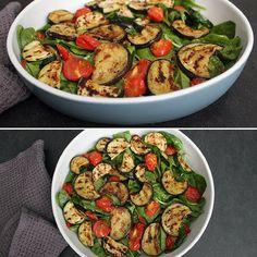 Virkelig lækker salat med bagte tomater, grillede grøntsager og frisk spinat samt en skøn dressing.