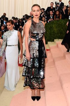 Brie Larson no Tapete vermelho Met Gala 2016 Looks vestidos