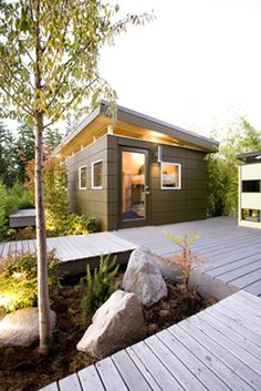 decking via the Marion House Book modern shed Modern Shed, Modern Garage, Modern Deck, Backyard Office, Backyard Studio, Studio Shed, Dream Studio, Garage Studio, Little Houses
