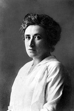 Rosa Luxemburg (1870-1919): teórica marxista de origen judío, nacida en Polonia. Se editó su libro La acumulación del capital , en el que niega la capacidad de cambio de la socialdemocracia. Pensamiento: la dialéctica de la espontaneidad y la organización, en la cual debe considerarse la espontaneidad como a un acercamiento radical (o incluso anarquista), y la organización como un acercamiento más burocrático o institucional a la lucha de clases.