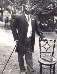 JONES Maximiliano Cipriano. Créole fernandin, originaire de Sierra Leone,  fonda S. Carlos et fut propriétaire de beaucoup de terrains et de constructions dans Sta Isabel et S. Carlos Protestant, en 1887. Il travailla comme professeur de menuiserie à la Mission de Banapa, puis créa son atelier et une plantation à Bokoko. En 1920, dix plus grands planteurs de cacao de l'île. En 1900, ouvrit une imprimerie à Sta Isabel,construit, en 1925, la première centrale électrique dans la capitale.