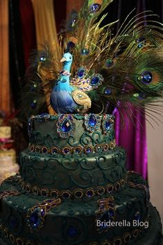 Another gorgeous peacock cake. This may be one of my top favorites, but I still love the white and gold peacock cake interpretation.