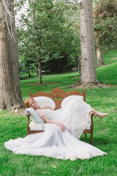 This little settee has us swooning! Vintage wedding rentals by @blushcreek. #idaho #weddings