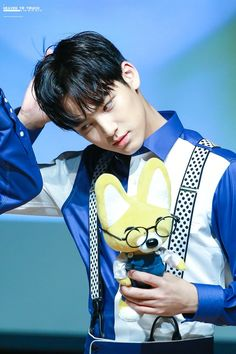 Mingyu with Wonwoo's doll Wonwoo, Seungkwan, Woozi, Jeonghan, Mingyu Seventeen, Seventeen Debut, Seventeen Youtube, Hip Hop, Kim Min Gyu