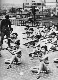 Foto. Mujeres japonesas reciben instrucción militar en la escuela en la década de los 30.