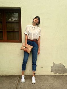 Hight waisted jeans/ white shirt/ white converse/ tattoo/ necklace/ envelope bag