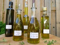 Kruidenolie - Herbs and veggies - Tapas Recipes, Vinaigrette Dressing, Home Canning, Herbal Oil, Dutch Recipes, Spice Mixes, How To Make Bread, Diy Food, Food Preparation