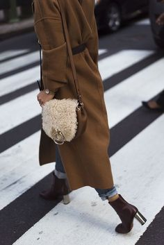 Bag inspiration | Streetstyle | Teddy bag | Heeled ankle boots | Oversized coat | Brown | Beige | More on Fashionchick