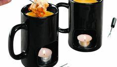 Personal Fondue Mugs. Su wdrake.com è possibile acquistare Personal Fondue Mugs, un set di due tazze di ceramica e 4 forchettine per preparare la fonduta in casa. Nello spazio sottostante è possibile inserire una candela per mantenerla calda o riscardarla.