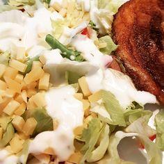 Salade met paprika en oude  kaas (met yoghurt/mayo dressing) en een knapperig speklapje
