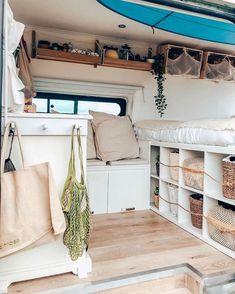 Van aménagé : idées, exemples d'installations pour prendre la route - Côté Maison Bus Living, Tiny Living, Kombi Trailer, Kombi Home, Casas Containers, Caravan Renovation, Van Home, Camper Van Conversion Diy, Van Interior