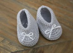 Explanations to easily make small baby booties at the trico . Baby Knitting Patterns, Baby Booties Knitting Pattern, Knit Baby Booties, Baby Boots, Baby Patterns, Knitted Baby, Tricot Baby, Baby Pullover, Baby Couture