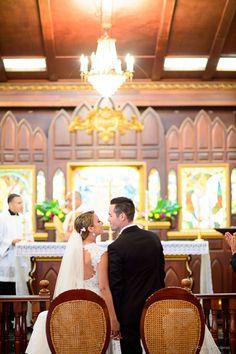 De mis partes favoritas lo es la mirada de complicidad de los novios justo antes del beso. http://www.camillefontz.com/fotografia-bodas-castillo-serralles-ponce-puerto-rico