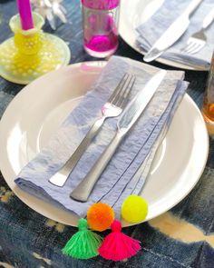 DIY Shibori Pom Pom & Tassel Napkins Tie Dye Crafts, Craft Stick Crafts, Shibori, Tie Dye Folding Techniques, Fancy Wedding Cakes, Diy Tie Dye Shirts, Tie Dye Rainbow, How To Tie Dye, Color Crafts