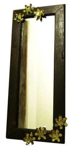 Espelho com moldura de madeira reaproveitada e flores de latas usadas.
