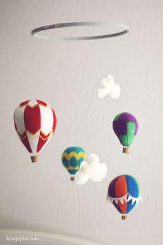 Een mooi patroon om zelf te downloaden bij howjoyful Voor een prachtige hete luchtballon mobile.