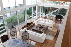 Grandes ventanales y techos altos delicadamente trazados hilvanan el jardín de esta casa y su interior con suma naturalidad