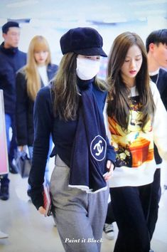 See all BLACKPINK Jisoo, Jennie, Rosé and Lisa airport photos and videos at Gimpo International Airport on October 2018 heading to Japan Kim Jennie, Jenny Kim, Blackpink Fashion, Fashion 2018, Fashion Outfits, Korean Airport Fashion, Korean Fashion, Yg Entertainment, Kpop Outfits