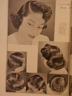 漫画「サザエさん」の髪型は、実は終戦直後(昭和20年代)に流行したヘアースタイルでした。 サザエさんをさがして モデルとなったスタイルは「流行した」はずなのに、なかなか見つけることができません。 サザエさんは比較的裕福な中流家庭の20代半ばのヤングミセスという設定ですか...