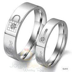 Cincin dengan desain romantis kembali kami hadirkan dalam seri Cincin Maisun. Dengan bahan perak 925, ornamen berbentuk gembok dan kunci semakin membuat menarik cincin pasangan perak ini. Tambahan batu zircon putih memberikan kesan mewah dan elegan sehingga pas untuk anda gunakan di hari b