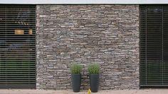 Kamenný obklad Ontario tmavý s nepravidelnou strukturou, kterou tvoří příčně lámané kusy kamene. Výsledkem je imitace štípané břidlice v odstínu šedé a hnědé barvy. Cena 1234 Kč/m2