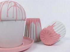 """Cup """"Icecream"""" hvid med pink dryp € 99, - (dryp med guld: € 149, -)  plate """"Small"""" coloured porcelain €19,- flade """"Small"""" farvet porcelæn € 19, -  cup """"Star & Stripes"""" 2-coloured € 34,- kop """"Star and Stripes"""" to-farvet € 34, -"""
