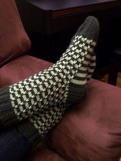 Näissä sukissa on kokeiltu montaa asiaa. Ensinnäkin malli on minulle uusi, vaikka nostettujen silmukoiden tekniikka onkin hallussa. Sukka ... Baby Knitting Patterns, Knitting Stitches, Knitting Socks, Hand Knitting, Crochet Patterns, Hand Knitted Sweaters, Knitted Hats, Fluffy Socks, Wool Socks