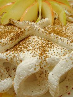Jablková torta so šľahačkou