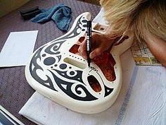 Customisation de guitare au posca. Posca sur www.rentreediscount.com