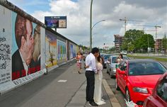 Just married couple posing in the front of Berlin wall and the painting of kissing Leonid Brezhnev and Erich Honecker. Berlin Street, Berlin Wall, Couple Posing, Urban Landscape, Just Married, Kissing, Street Photography, Germany, Poses