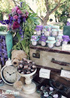 www.kamalion.com.mx - Mesa de Dulces / Candy Bar / Postres / Morado / Menta / Purple / mint / Vintage / Rustic Decor / Macaroon / Flores / Decoración / Bautizo / It's a girl / maletas / reloj.