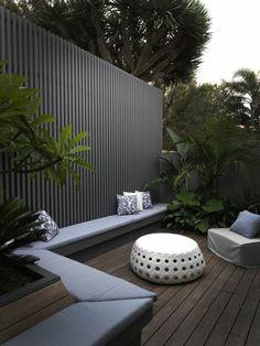 Gestaltungsideen moderne Terrasse Schicht –und Windschutz Sitzbank grau Sessel Sitzsack
