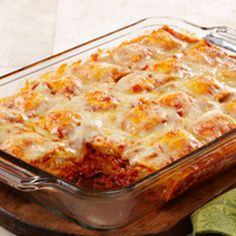 Weeknight Ravioli Bake – Layers of frozen ravioli are the not-so-secret star of this bubbly, lasagna-like bake that's easy to assemble on even the busiest of weeknights. (use meat ravioli instead of cheese) Baked Ravioli Casserole, Ravioli Bake, Casserole Recipes, Ravioli Lasagna, Lazy Lasagna, Cheese Ravioli, Ravioli Recipe, Hamburger Casserole, Enchilada Casserole