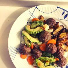 "Lækreste aftensmad 😍❤️👌🏼 Opskriften er allerede på bloggen - søg blot på ""aftensmad"" 🍴 Der er også en guide til sprøde sweet potato fries - søg på ""sweet potato"" 👉🏼 TRINETHEODORA.DK ⭐️ vegobullar köttbullar sojabullar quornbullar avokado rotfrukter LCHQ"