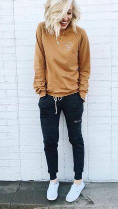cozy weekday outfit | sweatpants + sweatshirt style