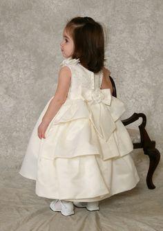 Bruidsmeisjes:Prachtige jurk, met 3 lagen rokken aan de achterkant. Bovenlijfje rijk versierd met parels en pailletten, en roosjes  op de schouders. Trouwen, bruiloft, bruidskinderen.  bruidskindermode.nl