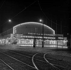 Messuhalli, Mannerheimintie 17, iltavalaistuksessa joulun aikaan. Börje Dilén 1953. Helsingin kaupunginmuseo. Helsinki, The Old Days, Historian, Good Old, Finland, Artsy Pics, Nostalgia, The Past, Old Things