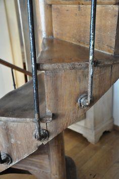 La balustrade intérieure en bois et tuyaux