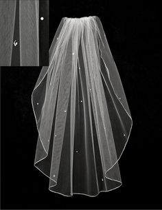 This bridal veil has a scatter of round and diamond shaped rhinestones. It isstandardcut and30 inchesby54 inches wide, on a four inch metal comb. Because t