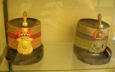 Vitrina Palacio de Aranjuez. Chacós de Caballería. Épocas de Alfonso XII y XIII. Uniforme de Alfonso XIII