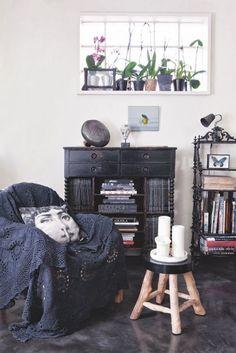 Une maison des années 20 près de Paris C'est à Colombes, près de Paris, qu'Anne , attachée de presse mode et déco,  et Ricardo , stuccateur-décorateur, ont élu domicile dans une maison des années 20  éclectique et pleine de charme entièrement redécorée par leurs soins.