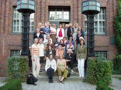 Teilnehmende auf der Treppe des Warburg-Hauses