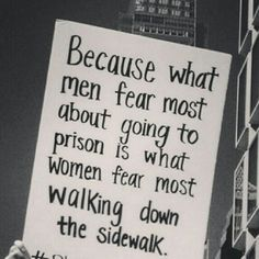 Parce que ce que les hommes craignent le plus en allant en prison, c'est ce que les femmes craignent en marchant dans la rue.