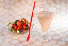 Bilde av Sjokolade- og jordbærsmoothie. Martini, Pudding, Drinks, Tableware, Smoothie, Desserts, Food, Flan, Smoothies