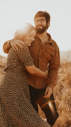 Photo Poses For Couples, Couple Photoshoot Poses, Engagement Photo Outfits, Couple Photography Poses, Engagement Photo Inspiration, Pre Wedding Photoshoot, Couple Posing, Engagement Couple, Engagement Photos