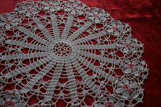 Joli napperon/centre de table de 42 cm de diamètre rose et blanc en coton au crochet : Textiles et tapis par la-caverne-du-centre-de-table