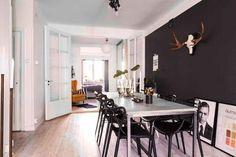 En Suède, les murs ne sont pas toujours blancs - PLANETE DECO a homes world Conference Room, Table, Furniture, Home Decor, White Walls, Home Decoration, Living Room, Decoration Home, Room Decor