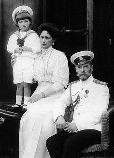 "Emperor Nicholas II with his wife Empress Alexandra Feodorovna and son Tsesarevich Alexei,on boardthe yacht ""Standart"" (1909)."